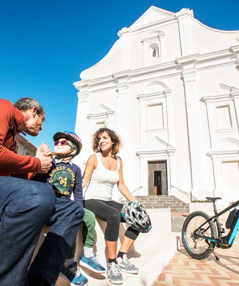In bicicletta nel centro storico di Orosei